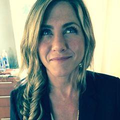 Star-Stylist Chris McMillan zaubert Jennifer Aniston einen seitlichen Fischgrät-Zopf in die Haare und zeigt seinen Instagram-Fans gleich, wie toll ihr der steht.