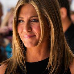 """Jennifer Anistons leicht gestufte Frisur mit Mittelscheitel ist schon ein absoluter echter Klassiker, den sie auch wieder bei der """"Cake""""-Premiere in Toronto präsentierte."""
