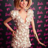 """Sylvie van der Vaart wird mit einer """"One of a Kind""""-Barbie ausgezeichnet, die ihr verblüffend ähnlich sieht."""