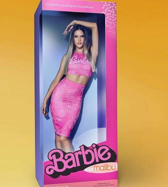 """Huch, diese Barbie sieht aber täuschend echt aus! Ist sie auch - Model Alessandra Ambrosio wird für das Label """"Gatabakana"""" als lebende Barbie-Puppe fotografiert."""