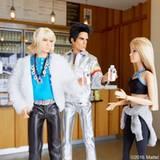 Dann treffen sie sich mit Hansel in einem Café.