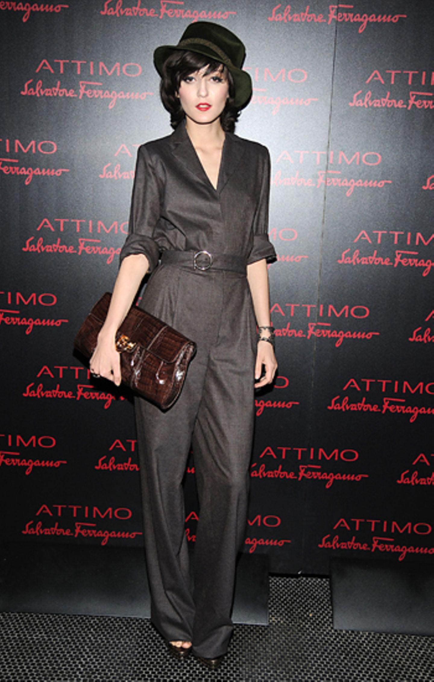 30. Juni 2010: Irina Lazareanu kommt zu dem Attimo-Duft-Event in einem eleganten Overall und setzt mit dem Hut und der Clutch no