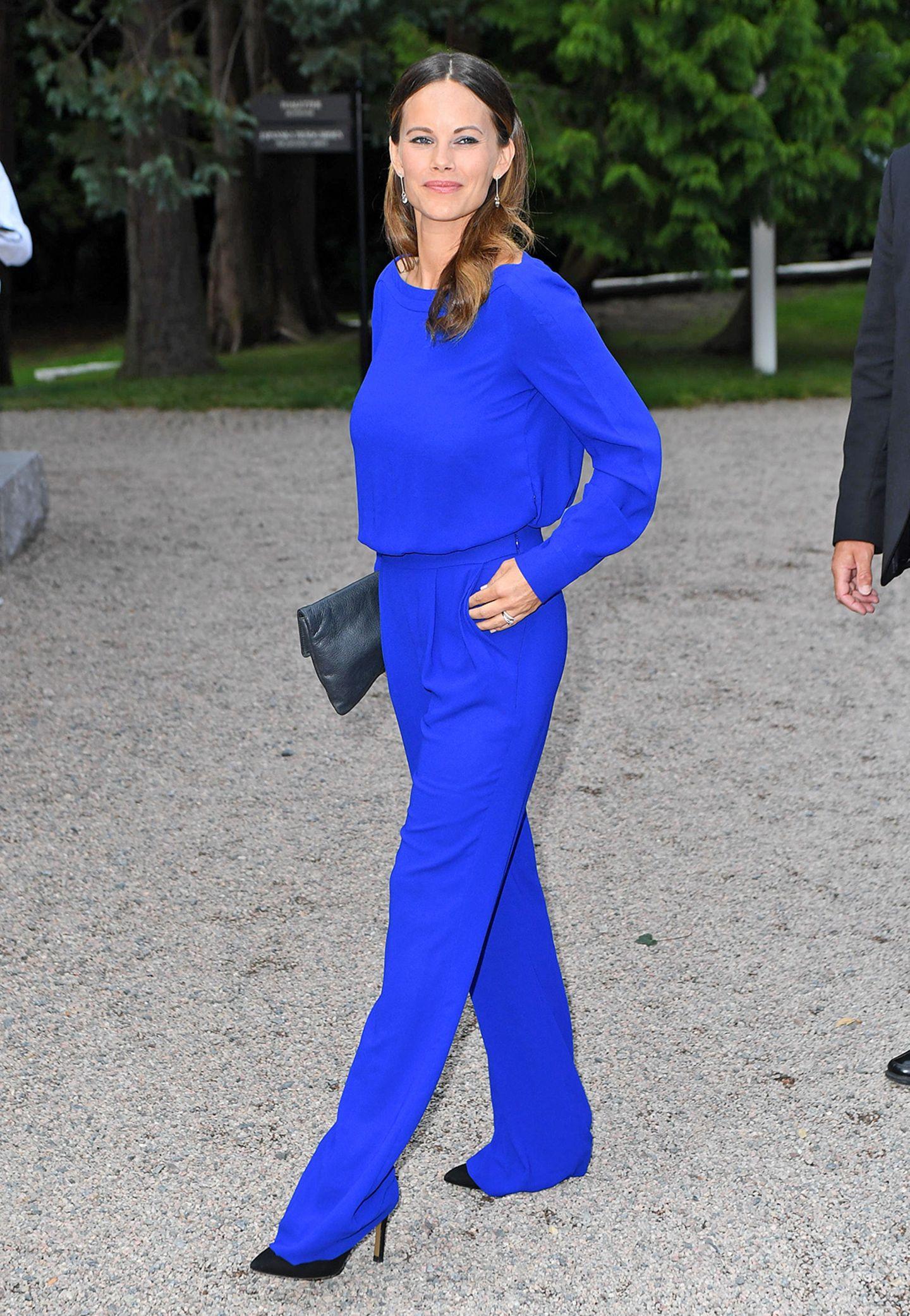 Eine Prinzessin macht Blau! Für das Charity-Dinner anlässlich des Weltwirtschaftstages in Båstad hat sich Sofia von Schweden mit diesem royalblauen Ensemble einen echten Blickfang aus dem Schrank geholt.