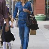 Heidi Klum steht auf jeans von Kopf bis Fuß: Mit den High Heels wirkt der Overall trotz des Jeans-Stoffes edel.