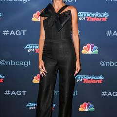 """Für eine Live-Show von """"America's Got Talent"""" hat sich Jurorin Heidi Klum in diesem schwarz-glitzernden Jumpsuit mit großer Schleife besonders glamourös verpackt."""