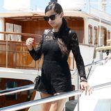 Berufsschönheit Adriana Lima macht in einem kurzen Spitzenoverall eine super Figur.