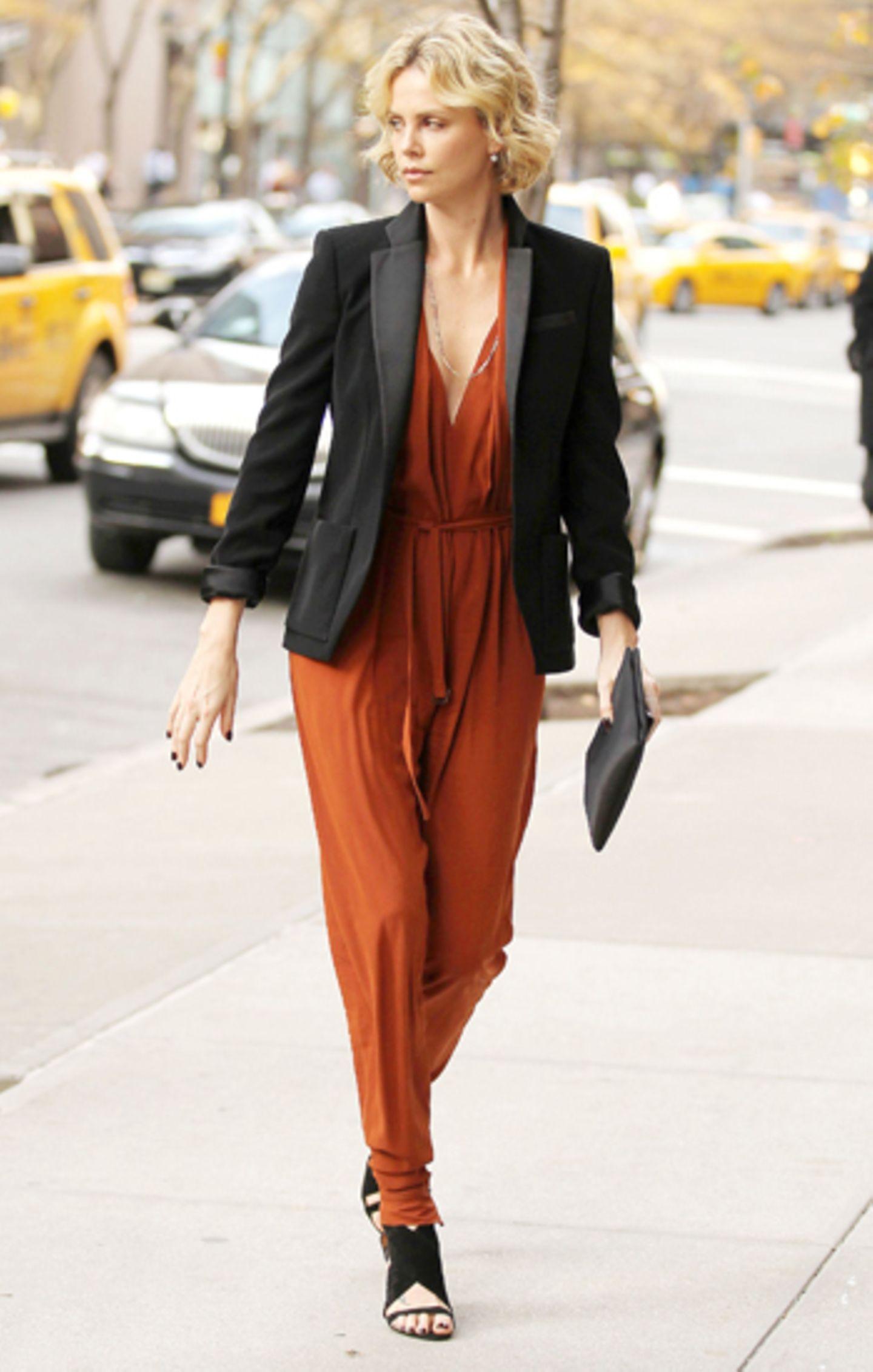 Egal was Charlize Theron trägt, sie sieht immer elegant aus. Ihren orangebraunen Overall veredelt sie mit einem Blazer.