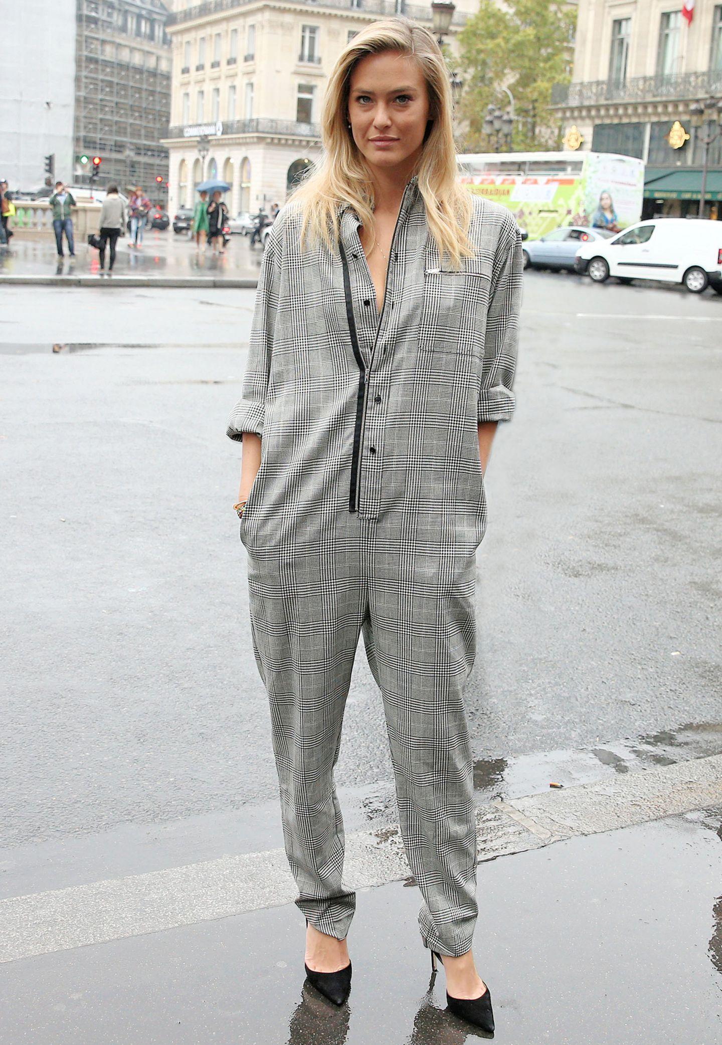 Model Bar Rafaeli weiß, dass auch lässige Looks super sexy sein können und stylt zum weit sitzenden, karierten Overall spitze, hohe Pumps.
