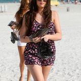Genau das Richtige für heiße Strandtage: Khloe Kardashian im gemusterten Jumpsuit.