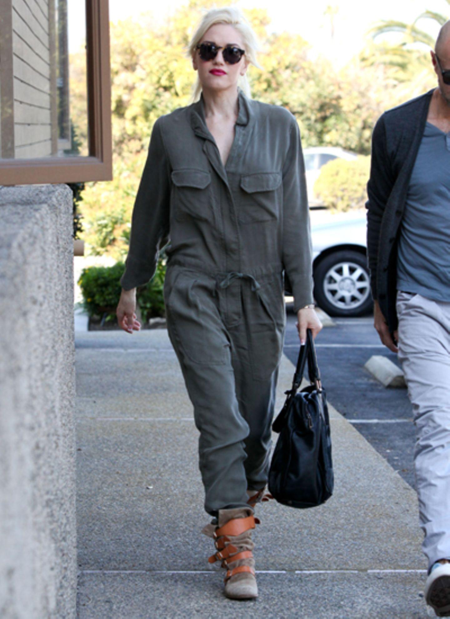 Gwen Stefani bevorzugt dagegen die läsige Variante und wertet den schlichten Overall mit coolen Accessoires auf.