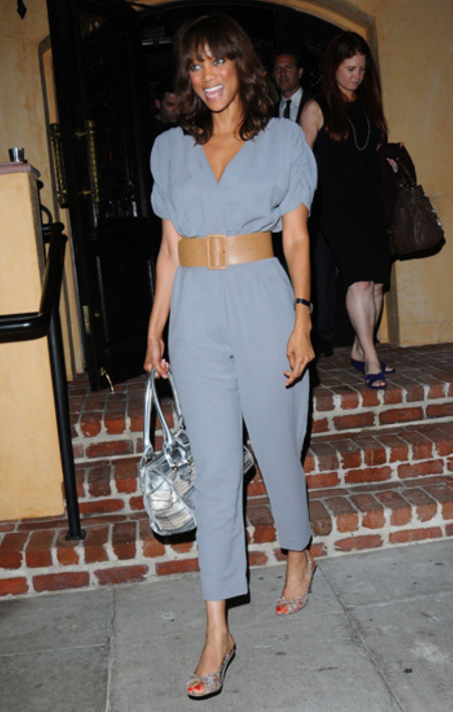 Model Tyra Banks sieht im taubenblauen Einteiler umwerfend aus.