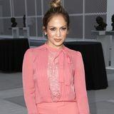 Der altrosafarbene Jumpsuit betont Jennifer Lopez' schöne Kurven optimal. Sympathisch, dass sie dazu einen nachlässigen Dutt stylt.