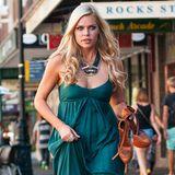 Hippie-Style: Sophie Monk spaziert im weiten, petrolfarbenen Seiden-Jumpsuit mit Spaghetti-Trägern durch Sydney.