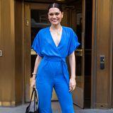 Jessie J goes ABBA: Den leuchtend blauen 80er-Jahre-Jumpsuit kombiniert die Sängerin farbkräftig mit roten, offenen Ankle-Stilettos.