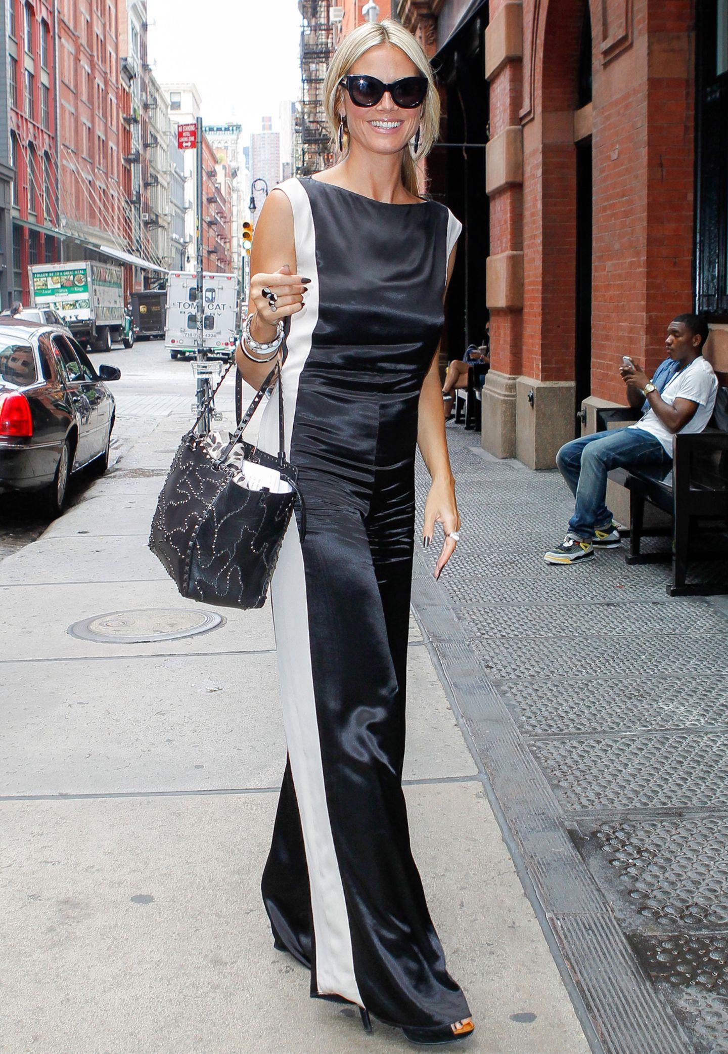 Ein bisschen ladylike, ein bisschen Disco-Chic: Heidi Klums schwarz-weißer Overall sticht in den Straßen von New York sofort ins Auge.