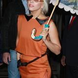 Lady GaGa in einem, für ihre Verhältnisse, sehr legerem Einteiler-Look.