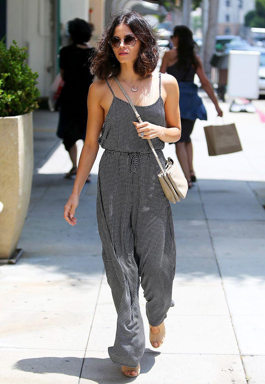 Jumpsuits liegen ebenso wie Karo-Muster derzeit voll im Trend, und die stylebewußte Jenna Dewan-Tatum weiß das genau.
