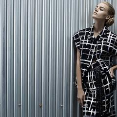 Zu schulterbetonten Mikrojacken aus Tweed mit geometrischen Applikationen wurden die Haare der Models brav zum Knoten gesteckt