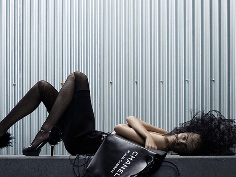 """Moderner Boudoir-Stil: mit Federn geschmückte Highheels, Perlengürtel und aufwändiger Tüllkopfschmuck. Cool dazu: die """"Chanel""""-S"""