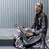 """Die Saiten der Chanel-Gitarre (das It-Accessoire dieses Frühjahrs) sollten grundsätzlich nur im """"Zigeunerkleid"""" mit perlmuttschi"""
