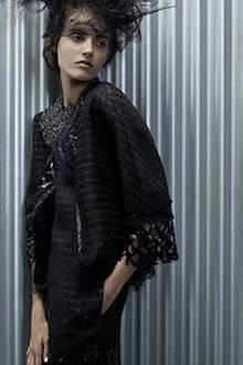 Jacke mit runden Schultern über einem schmalen Kleid