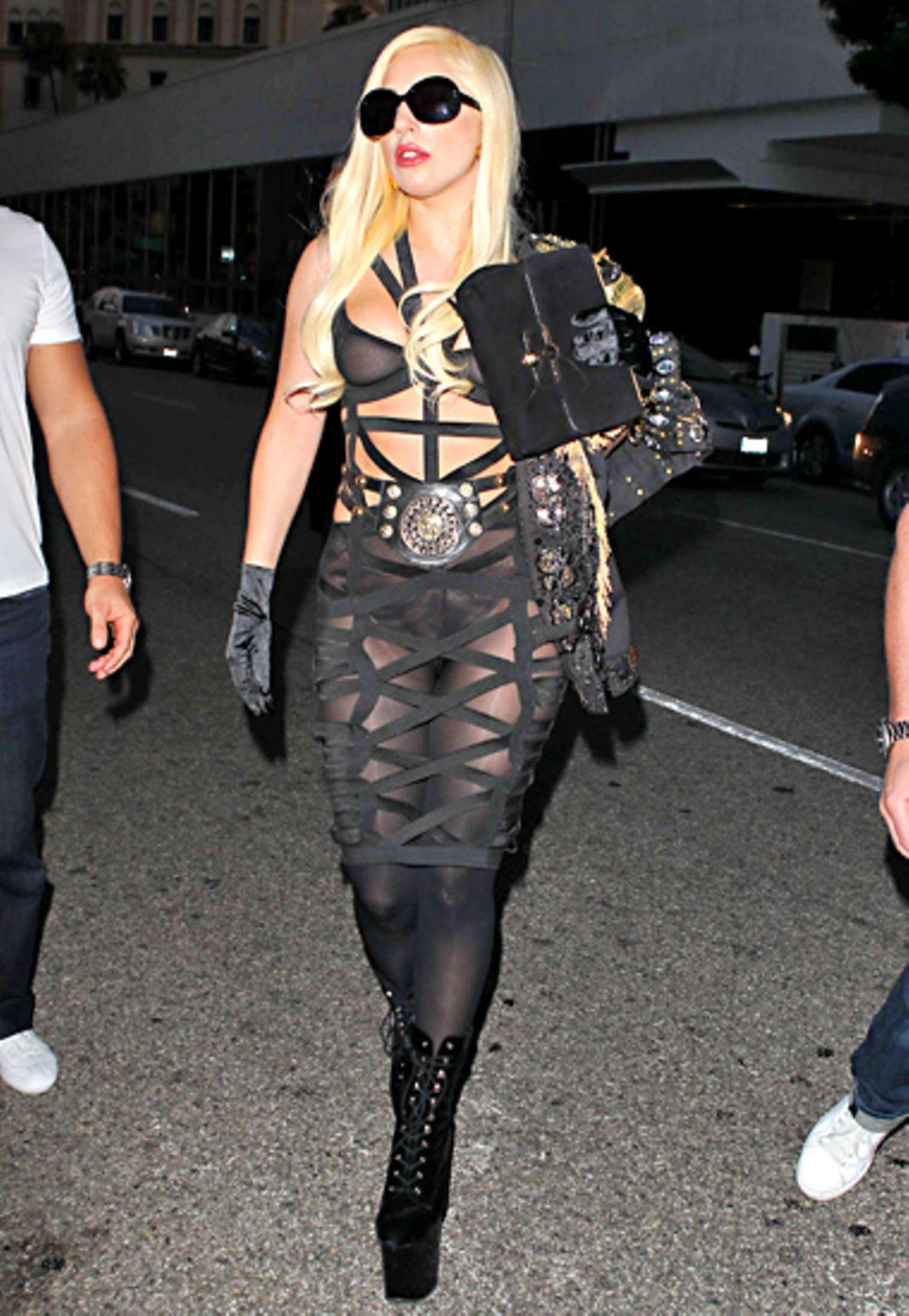 Gut verschnürt ist Lady GaGa in diesem offenherzigen Dress.