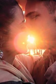 Sarah Engels und Pietro Lombardi genießen ihre Liebe in vollen Zügen und küssen sich ganz romantisch im Sonnenuntergang.