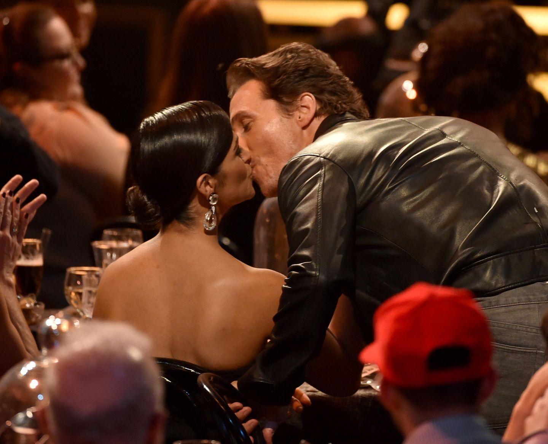 Matthew McConaughey drückt seiner Frau Camila Alves während einer Preisverleihung einen Schmatz auf.