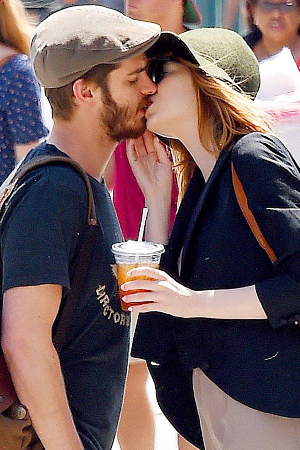 """Nachdem sie sich zum Mittagessen im """"Cafe Cluny"""" in New York getroffen haben, gehen Andrew Garfield und Emma wieder getrennter Wege. Zum Abschied gibt es einen dicken Schmatz."""
