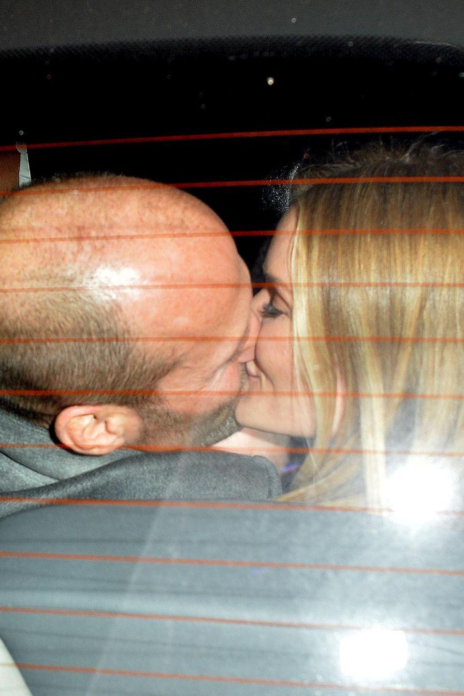 Nach dem Essen im Nobu Restaurant in Mayfair tauschen Jason Statham und Rosie Huntington-Whiteley im Taxi einen Kuss aus.