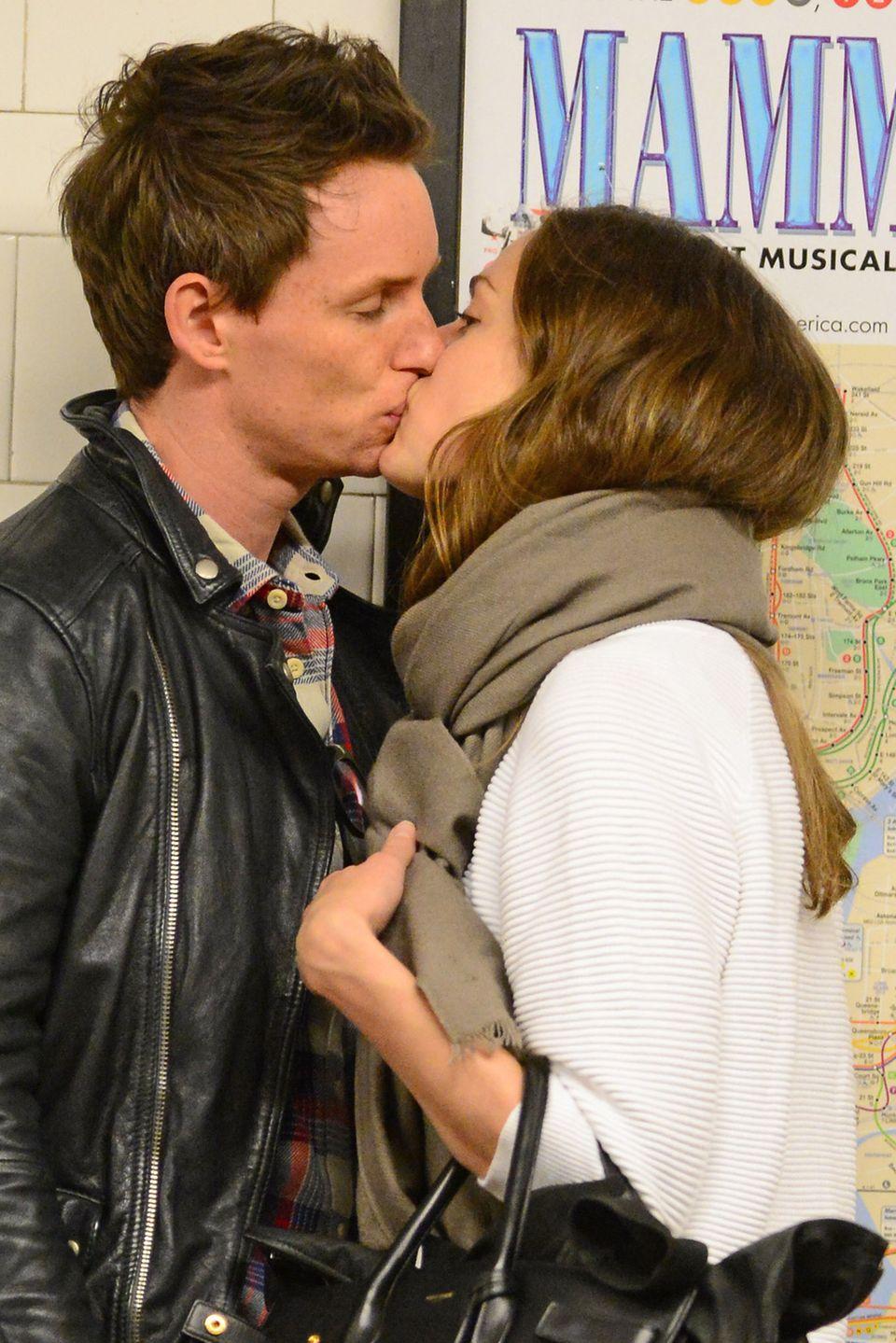 Eddie Redmayne küsst seine Freundin Hannah Bagshawe während die beiden auf die New Yorker U-Bahn warten.