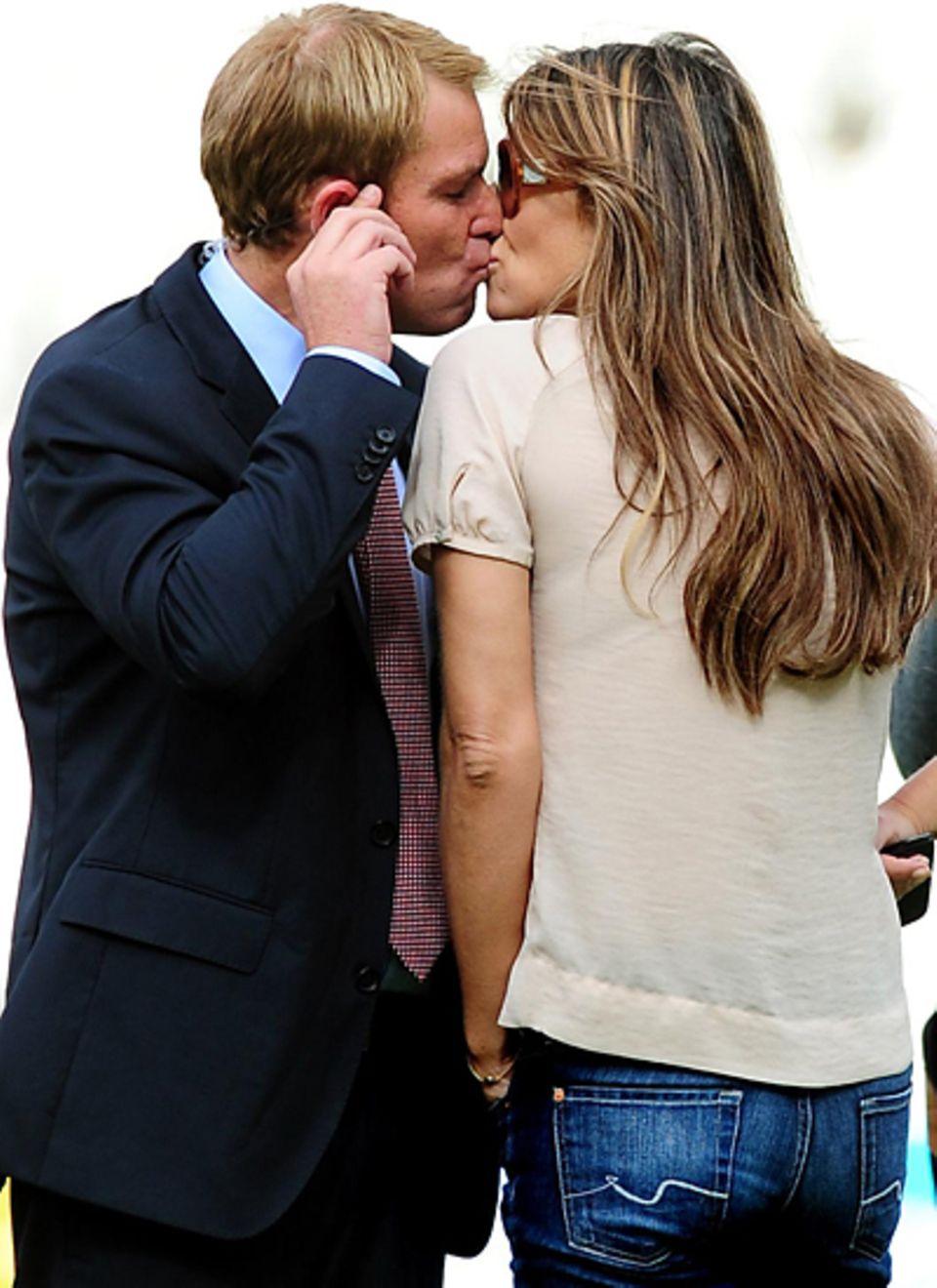 Am Rande einer Veranstaltung in Birmingham sieht man Shane Warne und Liz Hurley beim Küssen.