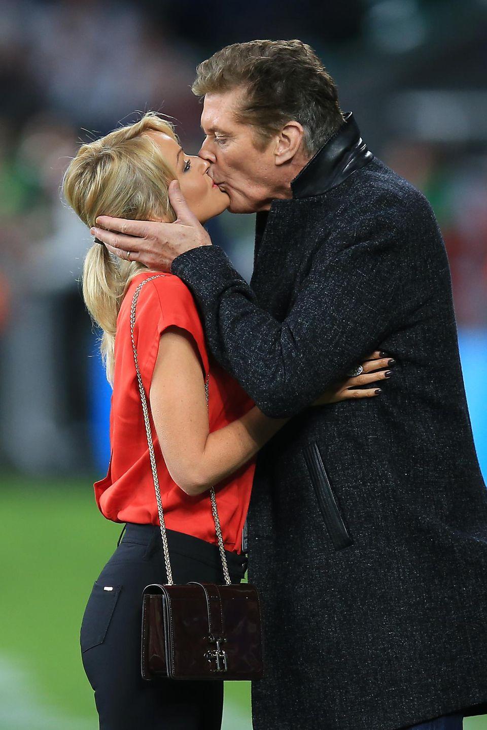 David Hasselhoff drückt seiner Hayley Roberts vor dem Rugby World Cup Spiel in London einen fetten Kuss auf.