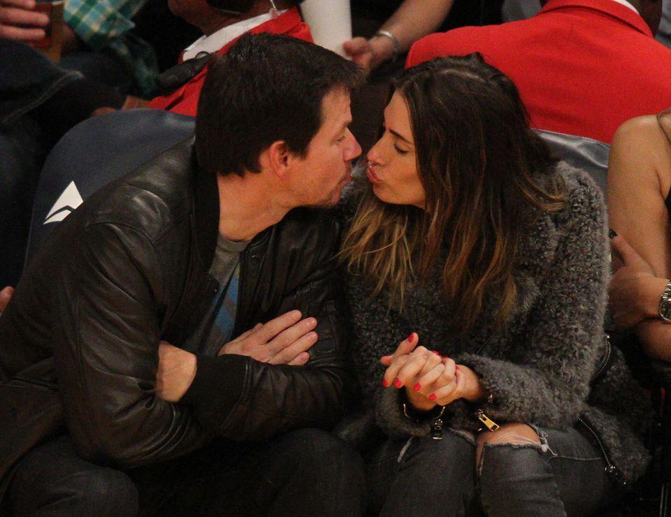 Beim Basketballspiel der Lakers lassen sich Mark Wahlberg und seine Frau Rhea Durham für einige Momente von Geschehen um sie herum ablenken und küssen sich.