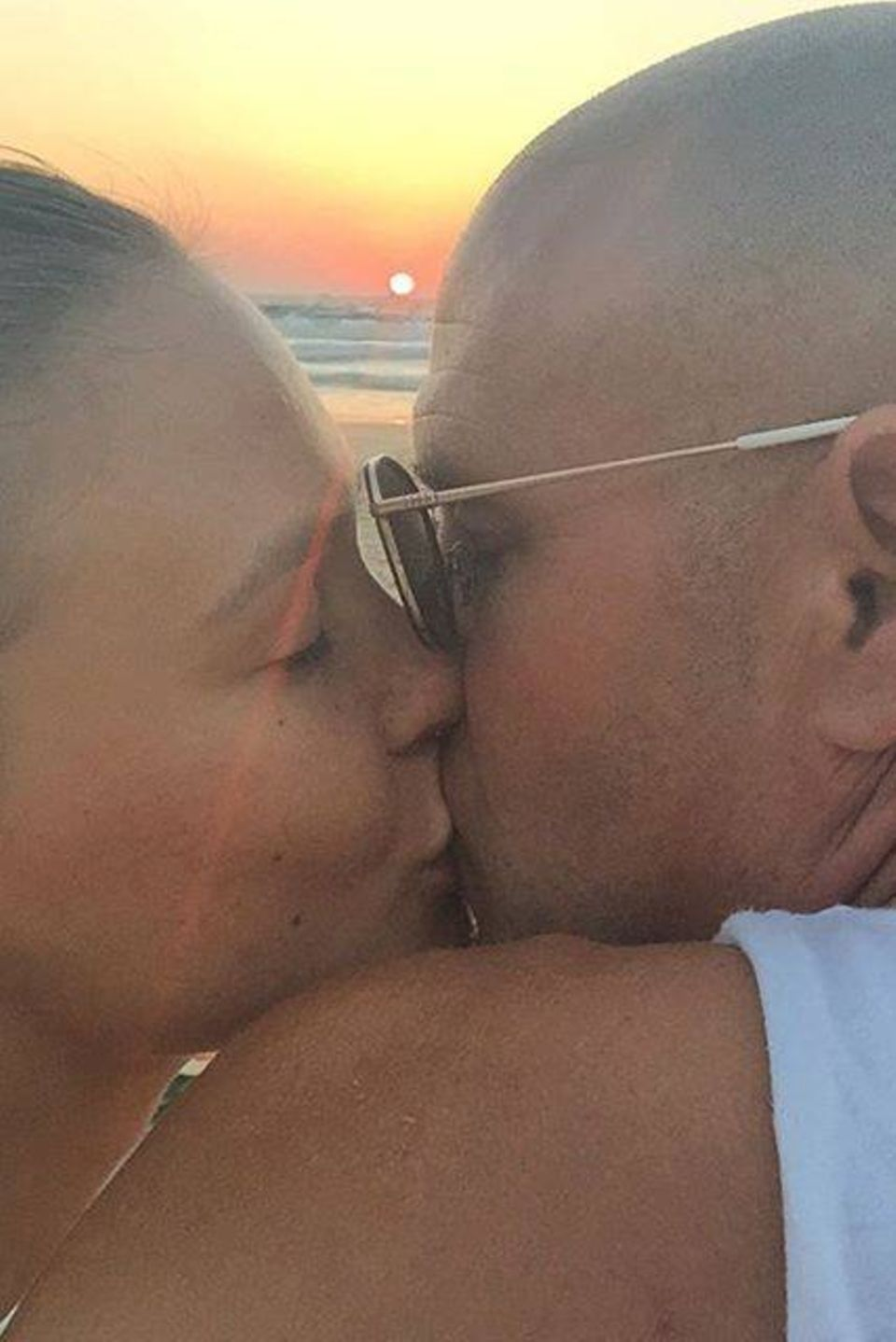 Wochenende der Liebe: Bar Refaeli und ihr Ehemann Adi Ezra küssen sich ganz romantisch bei Sonnenuntergang. Das Paar erwartet bald ihr erstes Baby.
