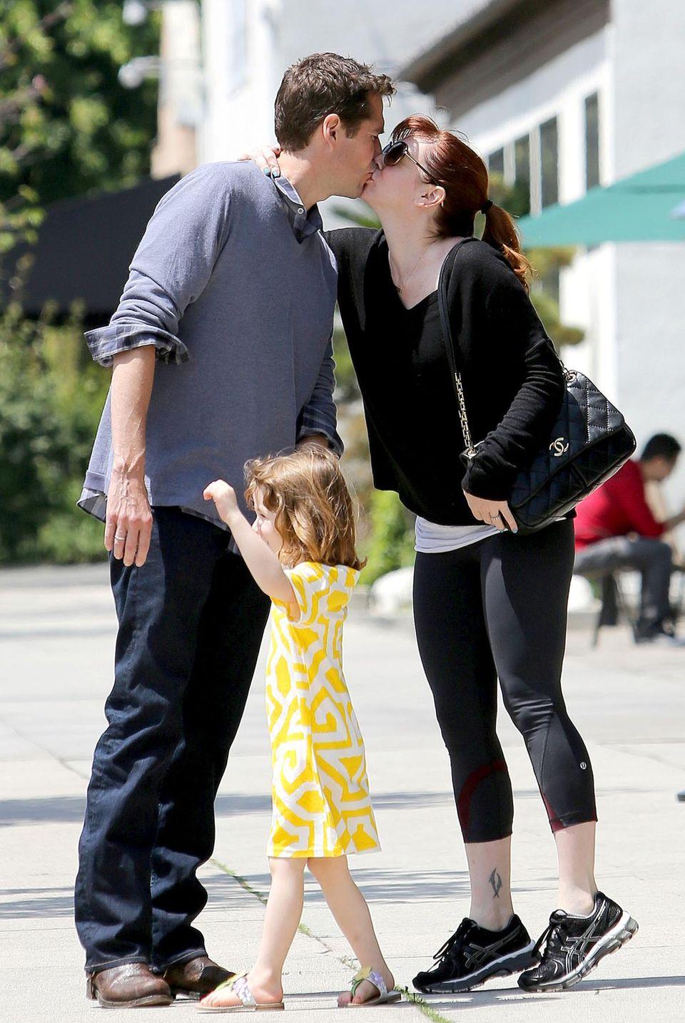 Alyson Hannigan und Alexis Denisof zeigen Tochter Satyana auf der Straße in Santa Monica, wie lieb sich ihre Eltern haben.