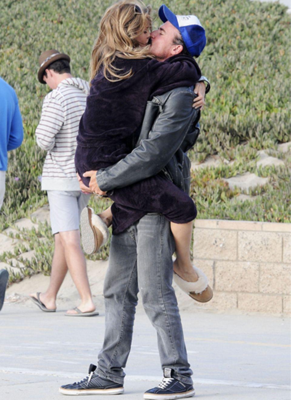 Frisch verliebt: AnnaLynne McCord fällt ihrem neuen Freund Dominic Purcell um den Hals.