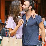 Für Jamie Mazur gibt es von Alessandra Ambrosio ein Küsschen.