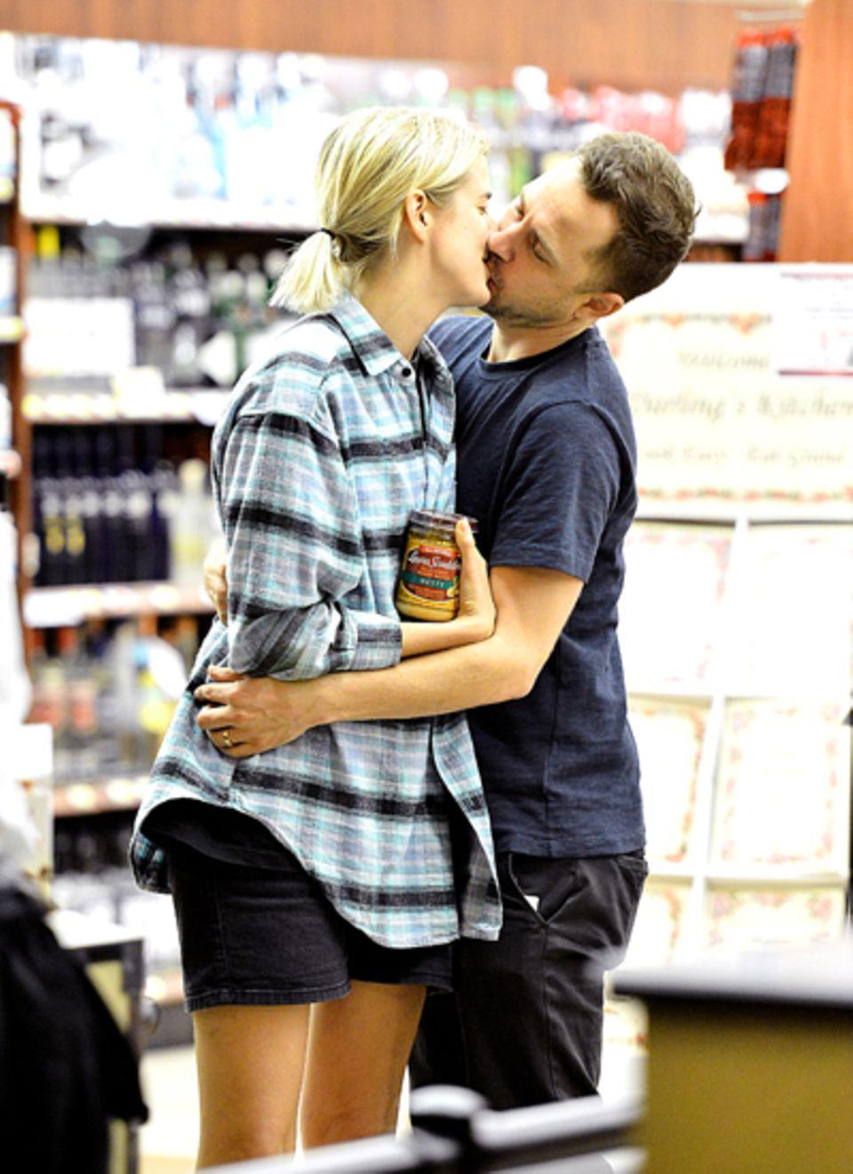 Verliebt und verheiratet: Während des Einkaufens in einem Supermarkt in West Hollywood küsst Giovanni Ribisi seine Frau Agyness