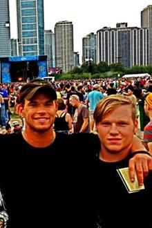 """Kellan Lutz und seine Zwillingsbrüder  Der """"Twilight""""-Schauspieler stammt aus einer Großfmilie: Er hat eine Schwester und sechs Brüder. Mit den jüngeren Zwillingen amüsiert sich Kellan auf einem Musikfestival."""