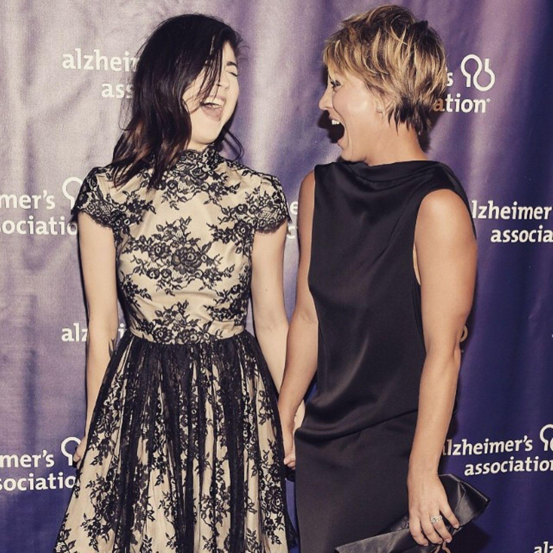 """Briana und Kaley Cuoco  Diese bezaubernden Schwestern gehen durch dick und dünn. Hier feiern die beiden bei der Benefizveranstaltung """"Alzheimer's Association"""" in Beverly Hills."""