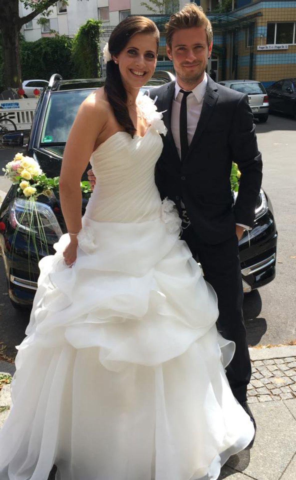 """Jessica und Jörn Schlönvoigt  Stolz posiert Jörn Schlönvoigt bei der Hochzeit seiner großen Schwester neben der schönen Braut. Bei Facebook wünscht der """"GZSZ""""-Darsteller ihr und seinem tollen Schwager gute Zeiten."""