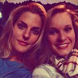 """Sandy und Melina Anastasia Mölling   Die Ex-""""No Angels""""-Sängerin verbringt einen Mädelsabend mit ihrer kleinen Schwester. Auf dem Programm stehen Kino und ein Abstecher zum Weihnachtsmarkt."""