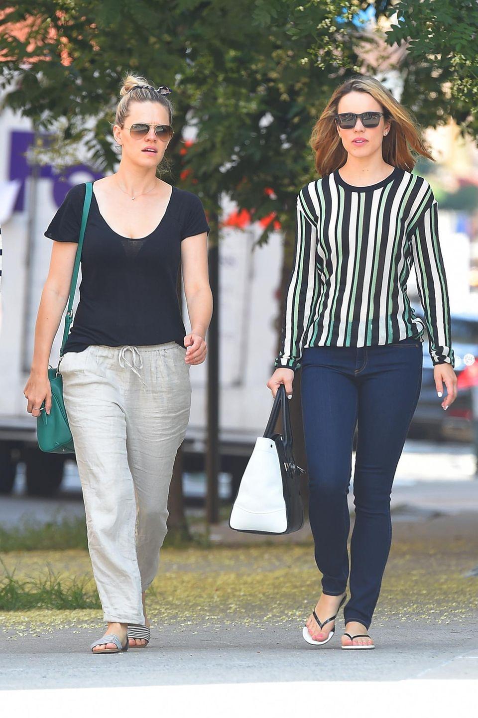 Rachel und Kayleen McAdams  Rachel McAdams kann stolz auf ihre jüngere Schwester Kayleen McAdams sein, sie arbeitet erfolgreich als Make-Up-Artist in Hollywood. Hier treffen sich die Schwestern zum Bummeln in New York City.