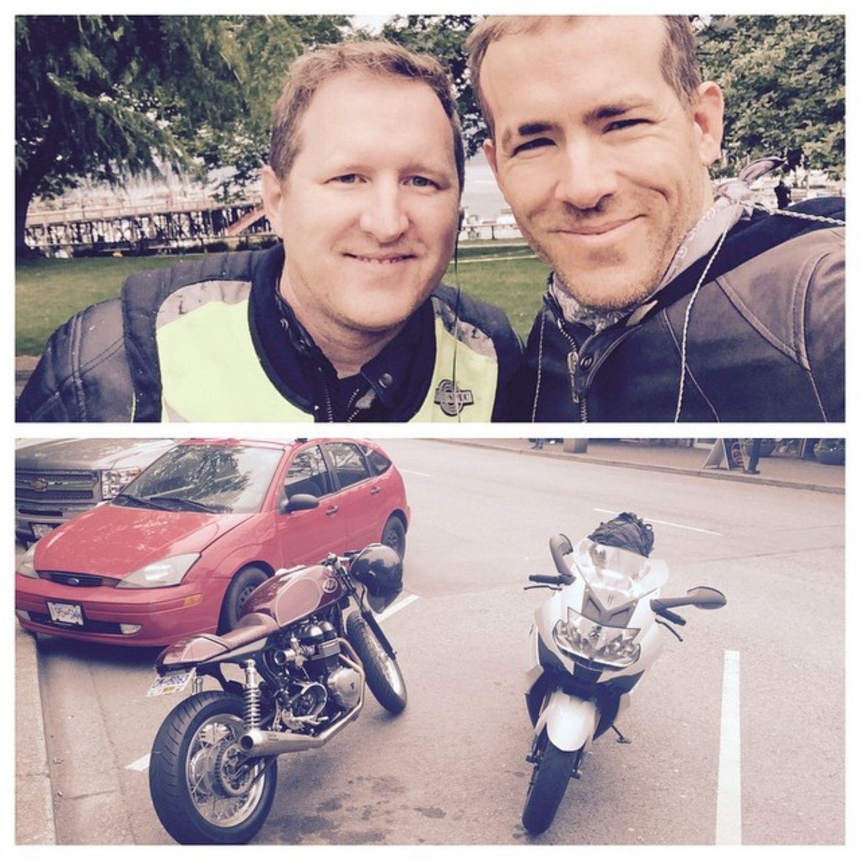 Ryan Reynolds und sein Bruder  Der Schauspieler ist ein absoluter Familienmensch. Gereade frischgebackener Papa macht Ryan mit einem seiner drei Brüder eine Motorradtour.