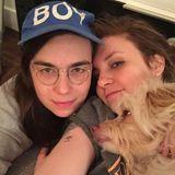 """Grace und Lena Dunham  Für Instagram posieren die Schauspielerinnen mit Lena's Hund """"Lamby""""."""