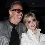 Peter und Jane Fonda   Die beiden sind eines der berühmtesten Geschwisterpaare überhaupt. Wie nah sie sich sind, zeigen die beiden Schauspieler nach einem Restaurantbesuch in Los Angeles auch gern den Fotografen.