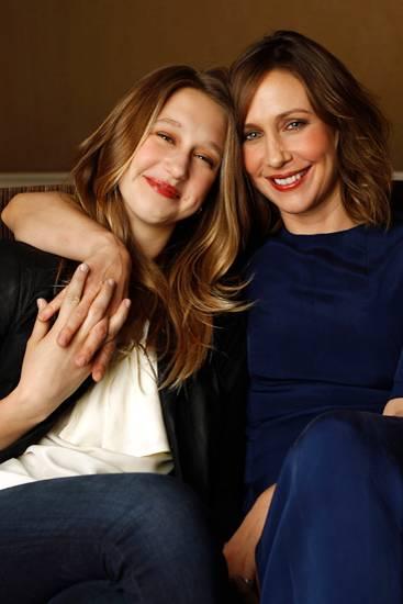 """Vera und Taissa Farmiga: In Los Angeles stellen Vera Farmiga und ihre jüngere Schwester Taissa den Film """"Higher Ground"""" vor. Tai"""