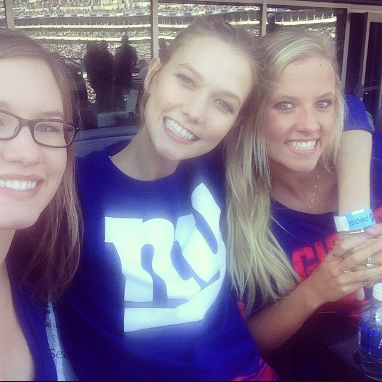 """Karlie, Kimberly und Kariann Kloss  Zusammen mit ihren Schwestern Kimberly und Kariann feuert Karlie Kloss die """"New York Giants"""" an. Die drei haben noch eine weitere Schwester, Kristine ist die Vierte im Bunde."""