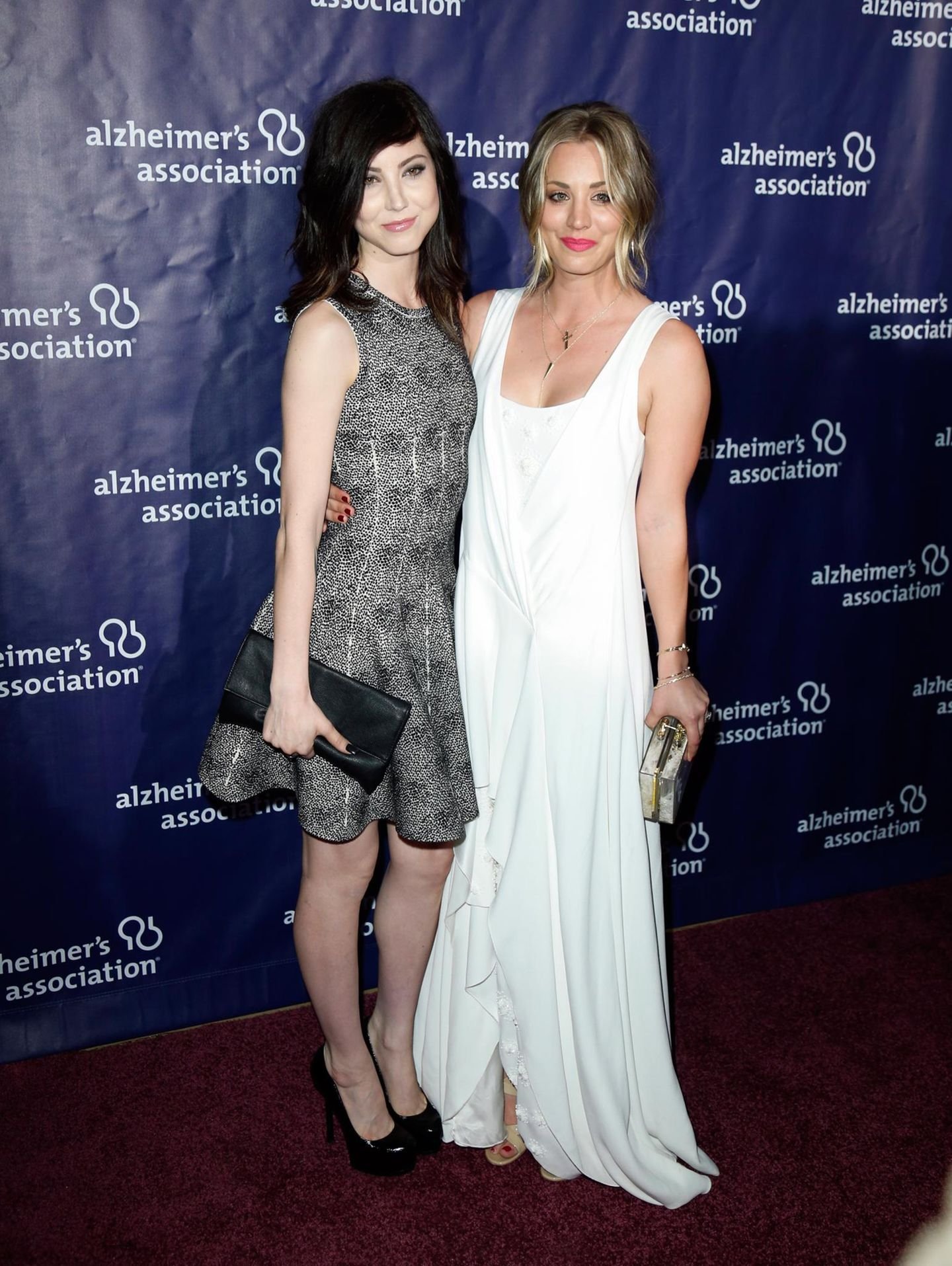 """Kaley und Briana Cuoco  Schauspielerin Kaley Cuoco und ihre Schwester Briana besuchen zusammen eine Veranstaltung der """"Alzheimer's Association"""" in Beverly Hills. Briana Cuoco hat dort einen Auftritt als Sängerin."""